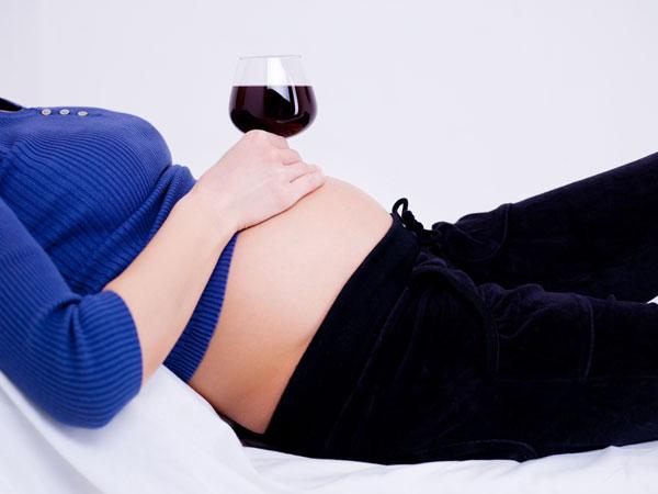 Mulher gravida vinho